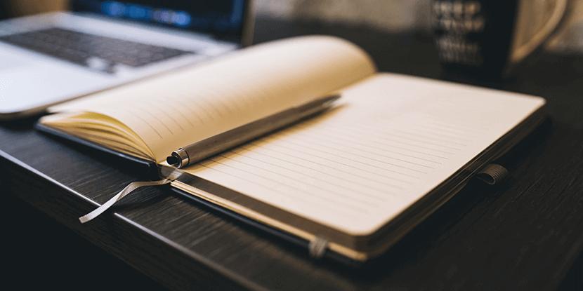 Schrijf je ideeën voor blogberichten op in een notitieboekje
